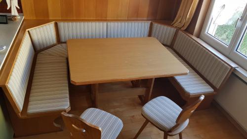 Eckbank mit Stühlen
