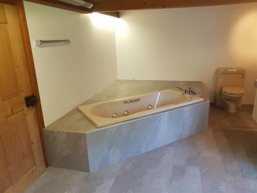 Bad mit Wandbelägen und Designbelag