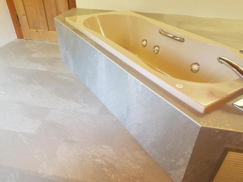 Badewannenumrandung mit Designbelag