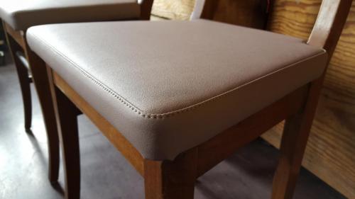 Stuhl mit Kunstlederbezug